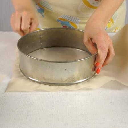 Для торта понадобится два вида бисквита, поэтому берем две формы для выпечки и застилаем их пергаментной бумагой. Диаметр форм 21 см.