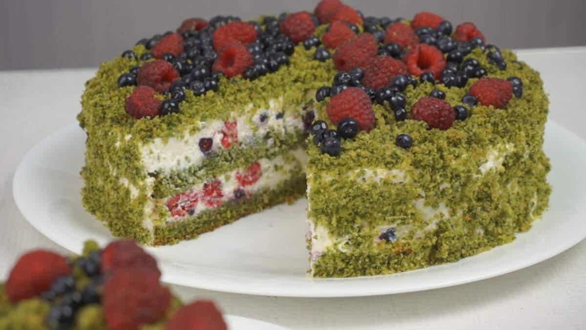 Шпинат в этом торте не чувствуется. Если вы приготовите такой торт для своих гостей и не скажете, что в его составе есть шпинат, они никода об этом не догадаются. Так что делайте такой торт и удивляйте своих гостей. Тем более, что этот торт очень вкусный!