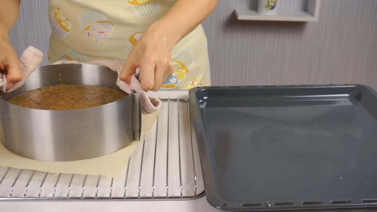 Готовый бисквит ставим на решетку остывать.