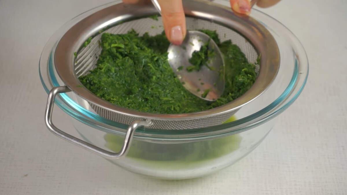 Сначала подготовим шпинат. Если будете использовать замороженный шпинат, то его нужно разморозить и отжать всю лишнюю жидкость. Свежий шпинат нужно помыть и порезать.