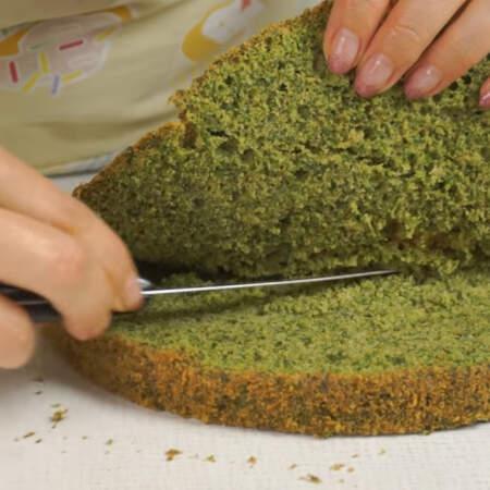 Запеченную верхушку у бисквита срезаем для того, чтобы она не испортила цвет.