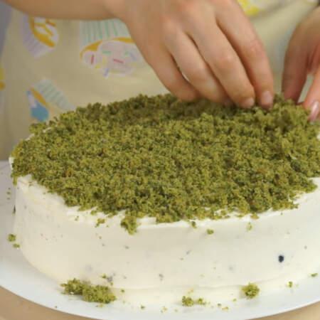 Получившейся крошкой обсыпаем торт сверху и по бокам.