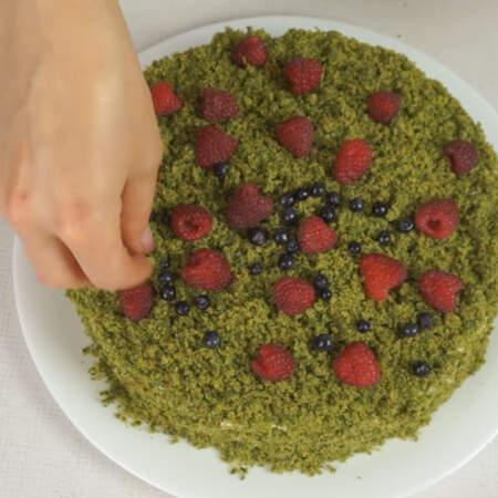 Сверху торт украшаем ягодами малины и черники.