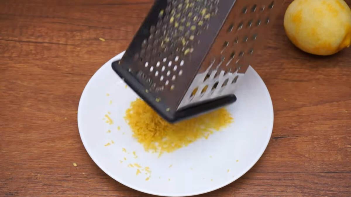 С двух лимонов снимаем цедру с помощью мелкой терки.