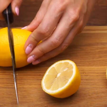 Украшаем торт. Разрезаем 2 свежих лимона пополам