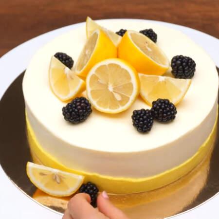 На торт выкладываем 3 половинки лимона и подготовленные лимонные дольки.