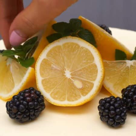 Также торт украшаем ягодами ежевики и листиками мяты. Торт готов, можно подавать на стол.