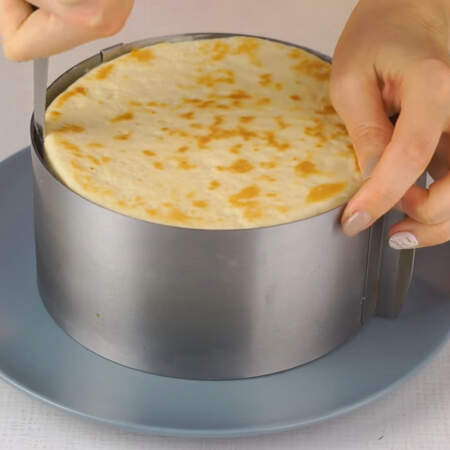 Остывший торт достаем из холодильника и вынимаем его из кольца.
