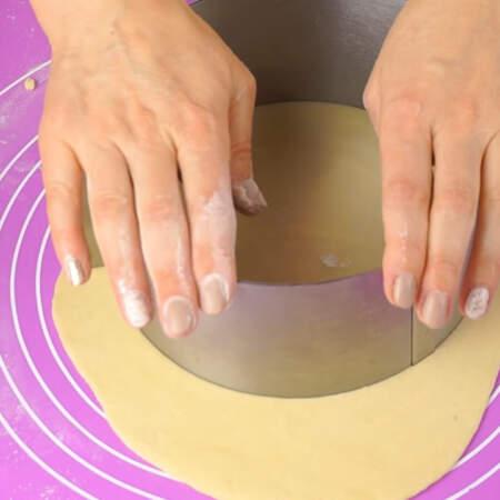 Коржи я вырезаю раздвижным кондитерским кольцом диаметром 18 см., также коржи можно вырезать с помощью крышки или тарелки подходящего размера.
