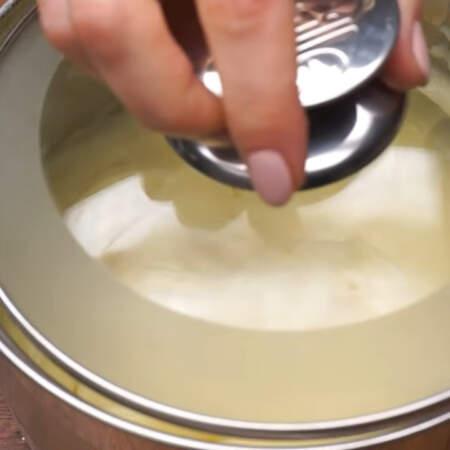 Готовый крем накрываем крышкой и оставляем его при комнатной температуре, чтоб он полностью остыл.