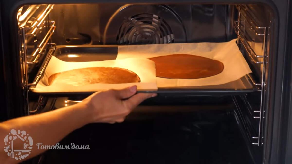 Коржи ставим в духовку в разогретую духовку до 180 град и выпекаем примерно 8-10 минут. Время выпечки зависит от самой духовки. Внимательно следите за коржами, чтобы они не пересохли.