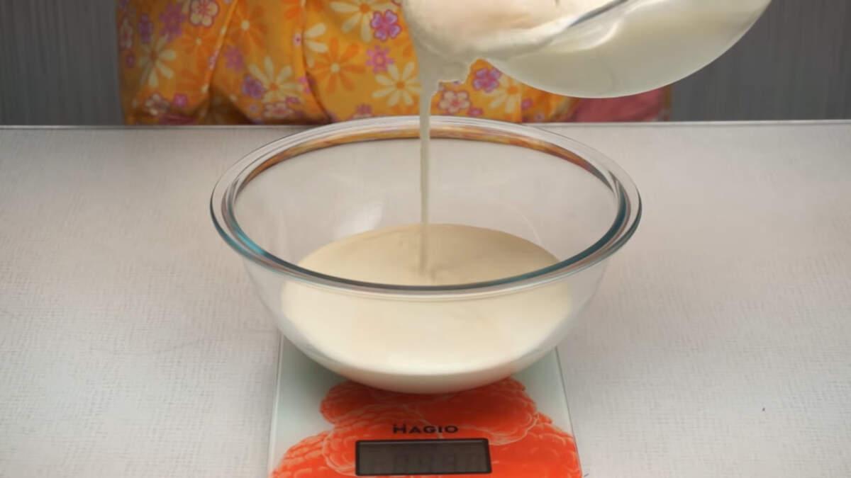 Приготовленный крем разделяем на две, примерно одинаковые части