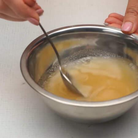 Желатин с водой хорошо перемешиваем и оставляем набухать примерно на 15-20 минут.