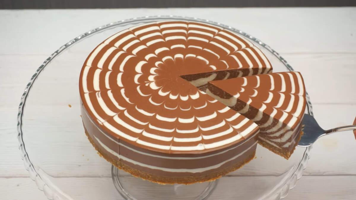 Торт получился красивый в разрезе с нежным творожным суфле и вкусной песочной основой. Приготовить такой торт не составит никакого труда, а результат всегда получается поразительно вкусный и красивый.
