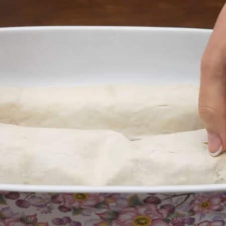 Форму для выпечки смазываем сливочным маслом. Приготовленные рулеты перекладываем в форму.