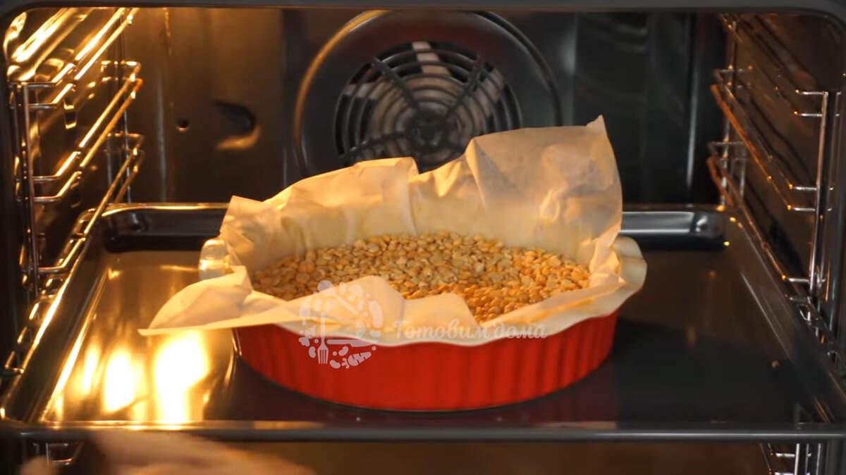 Форму с основой для пирога ставим в разогретую духовку до 180 град. и выпекаем примерно 25 минут, до готовности.