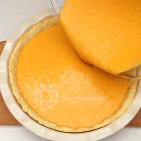 Приготовленную тыквенную массу выливаем в уже готовую основу для пирога.