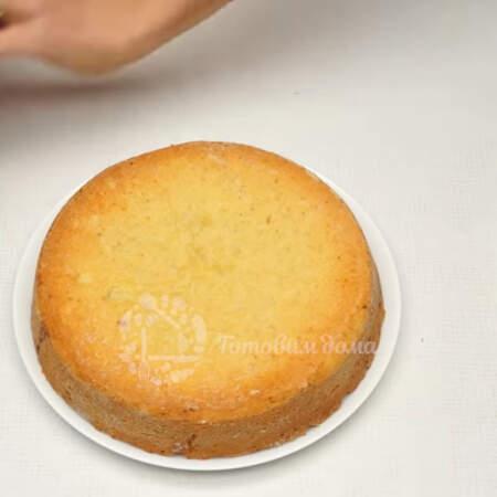 Испеченному пирогу даем остыть в форме. Для того, чтоб вытащить пирог из формы накрываем его большой тарелкой сверху и переворачиваем вверх дном. Снимаем форму.