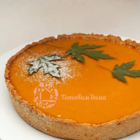 Украсим пирог трафаретом из осенних листочков. Кладем их на пирог и обильно посыпаем сахарной пудрой.
