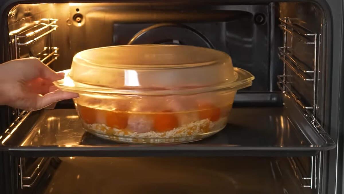 Форму накрываем крышкой или фольгой. Ставим в духовку, разогретую до 180 град. Запекаем примерно 1 час. Готовое блюдо подаем на стол горячим.