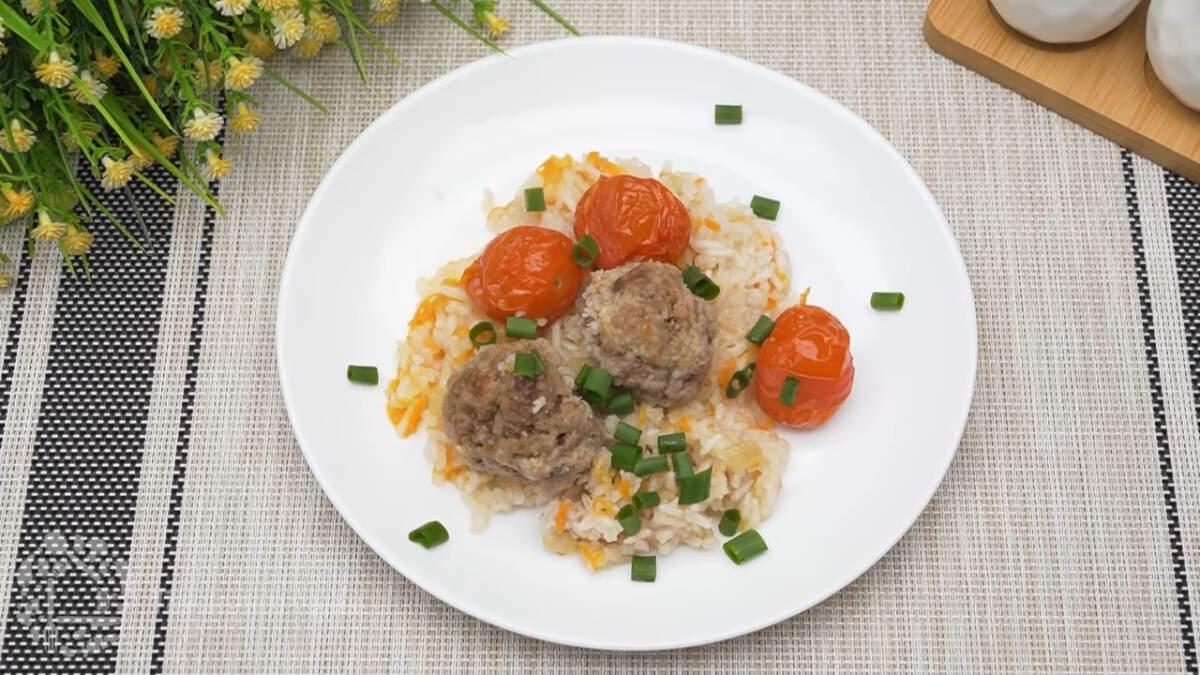 Рис с тефтелями получился очень вкусным и сытным, а помидоры этому блюду придают особую вкусовую нотку. Обязательно приготовьте такой ужин, это очень просто и вкусно.