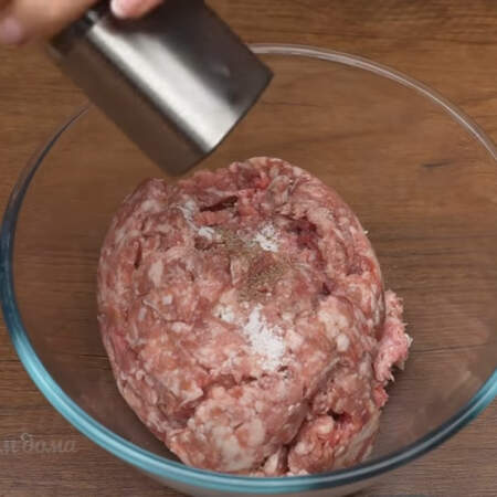 В миску кладем 500 г фарша, я использую свинной фарш, но также можно взять говяжий или куриный. Фарш солим по вкусу и перчим черным молотым перцем.