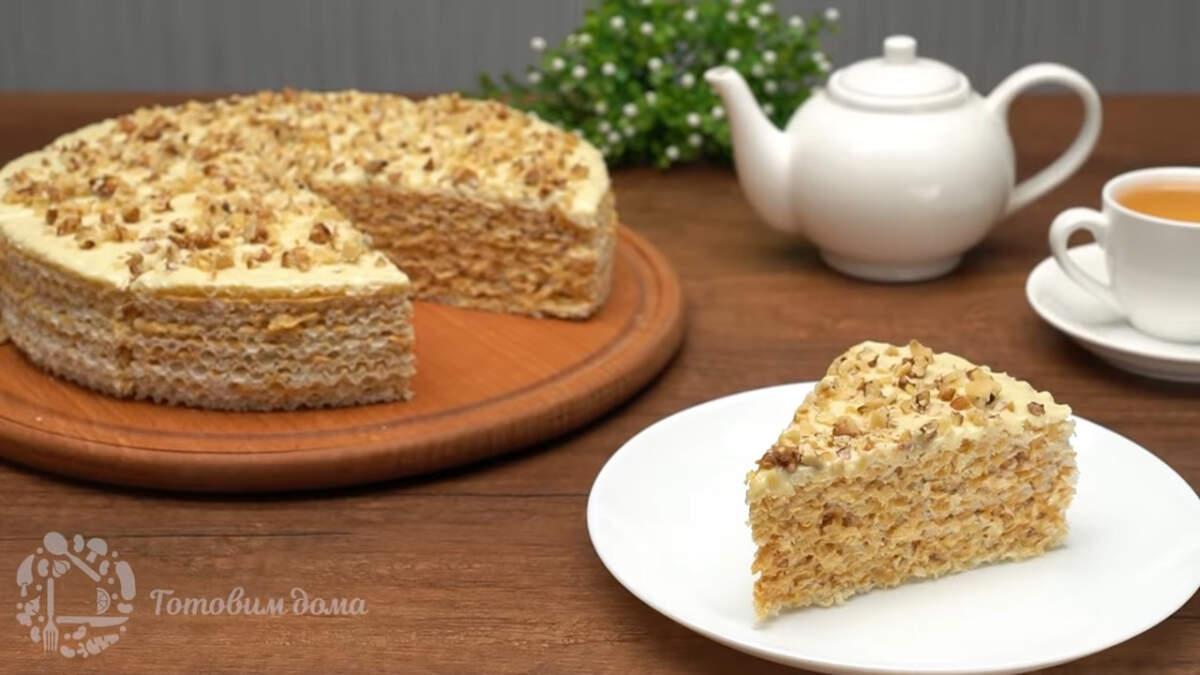 Готовый торт разрезаем на порционные куски и подаем на стол. Вафельный торт получился очень вкусным и его легко готовить. Такой торт сможет приготовить каждый. Обязательно приготовьте такой торт своим родным и близким, он станет прекрасной альтернативой магазинным покупным тортам.