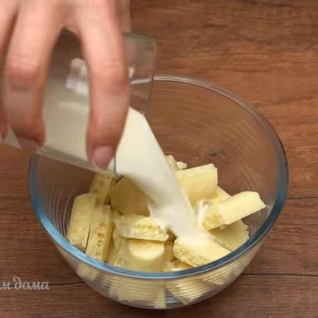 Готовим крем для украшения торта. 100 г белого шоколада кладем в мисочку и наливаем примерно 20 мл молока или сливок.