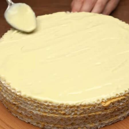 Приготовленной шоколадной глазурью смазываем торт.