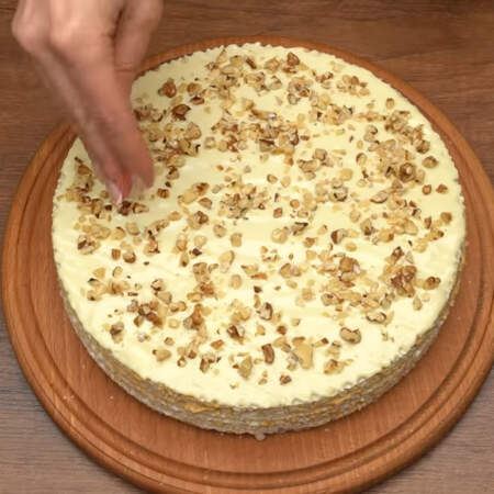 Сверху торт посыпаем измельченными орехами.