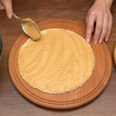 Складываем торт. Кладем вафельный корж и смазываем его приготовленным кремом. Слой крема должен быть достаточно тонкий. Для того, чтобы убрать излишки крема удобно пользоваться кулинарным шпателем. На корж с кремом опять кладем вафельный корж и снова смазываем кремом.
