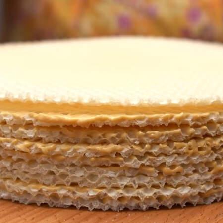 Так складываем весь торт. Для этого торта мне понадобилось 9 вафельных коржей диаметром 22 см.