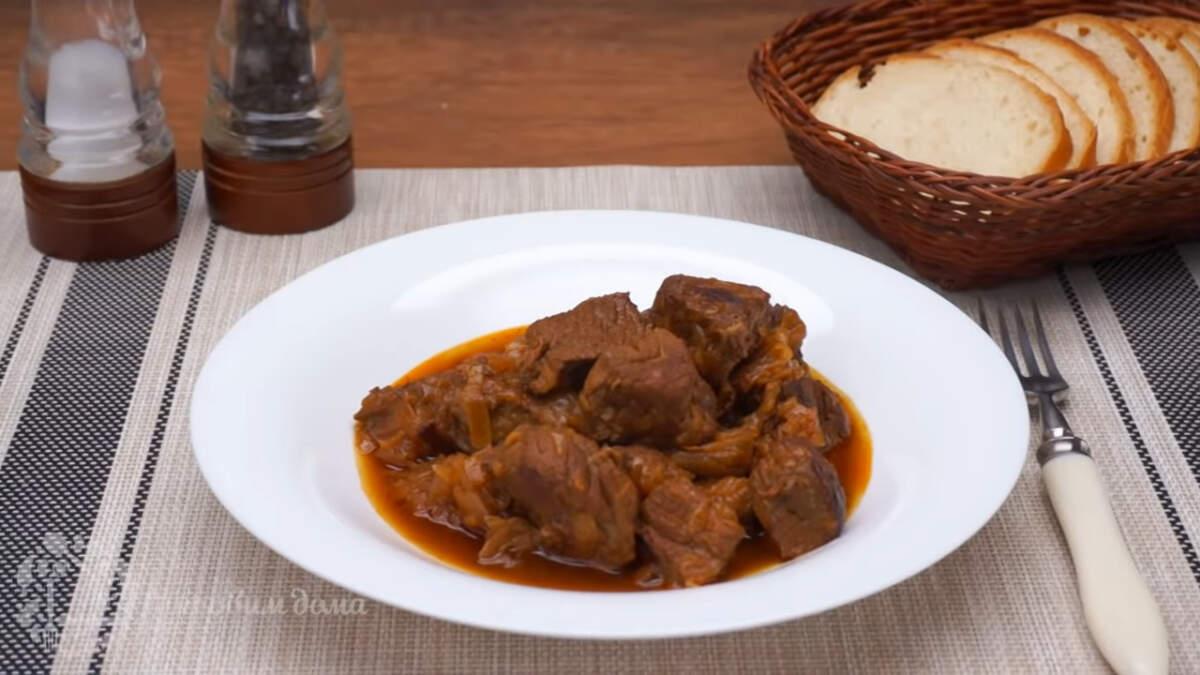 Готовое блюдо подаем на стол в горячем виде. Венский гуляш получился вкусным и ароматным. Нежное, мягкое мясо, тающее во рту, отлично подходит к любому гарниру. Большое количество лука в этом рецепте делает соус густым и очень вкусным.