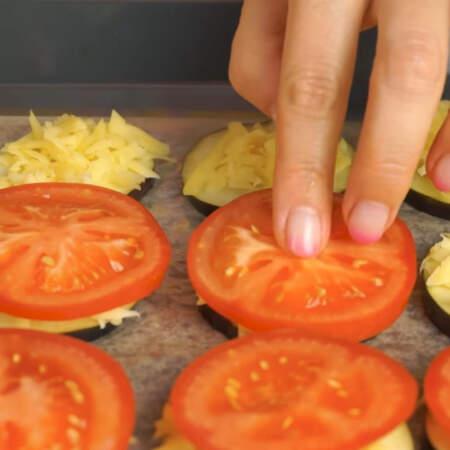 На сыр кладем кружочки помидоров.  Из этого количества ингредиентов у меня получилось два противня баклажанов с помидорами.