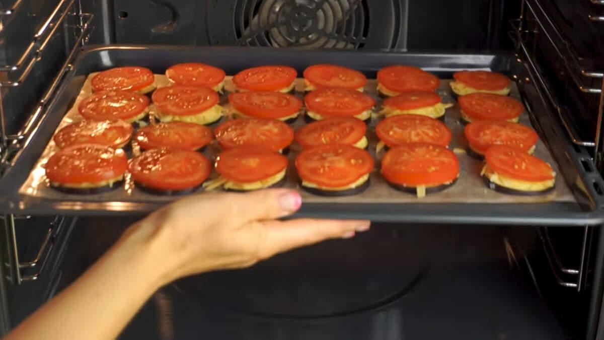 Закуску отправляем в духовку разогретую до 180 градусов. Запекаем приблизительно 25 минут.  Готовность проверяем вилкой. Баклажан должен прокалываться без труда.