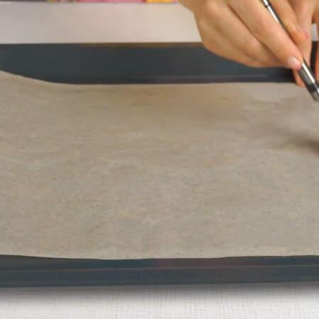 Противень застилаем пергаментной бумагой и смазываем ее растительным маслом.