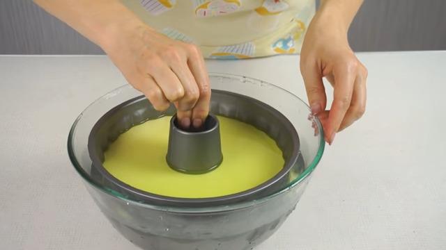 Для того, чтобы достать готовый застывший торт из формы, его нужно опустить на 10 секунд в воду нагретую примерно до 50 град. Берем тарелку и переворачиваем на нее торт.