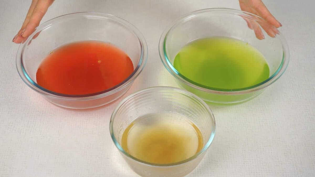 Фруктовое желе и желатин оставляем на 15-20 минут для того, чтобы набух желатин.