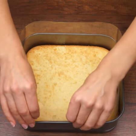 В форму кладем бисквит. Вокруг бисквита вставляем ацетатную пленку, ее можно заменить разрезанной пластиковой папкой для бумаг.
