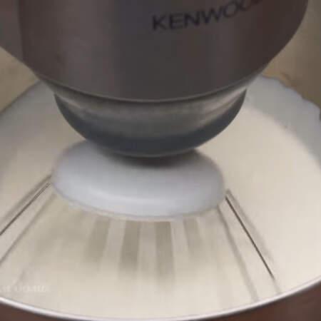 Отдельно в миску наливаем 500 мл сливок жирностью не менее 30 %. Сливки обязательно должны быть холодные. Сливки взбиваем сначала на низкой скорости миксера, очень медленно ее увеличиваем ее до максимальной.