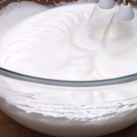 Белки с сахаром взбиваем до крепкой устойчивой пены. Это очень важно, иначе бисквит не получится.