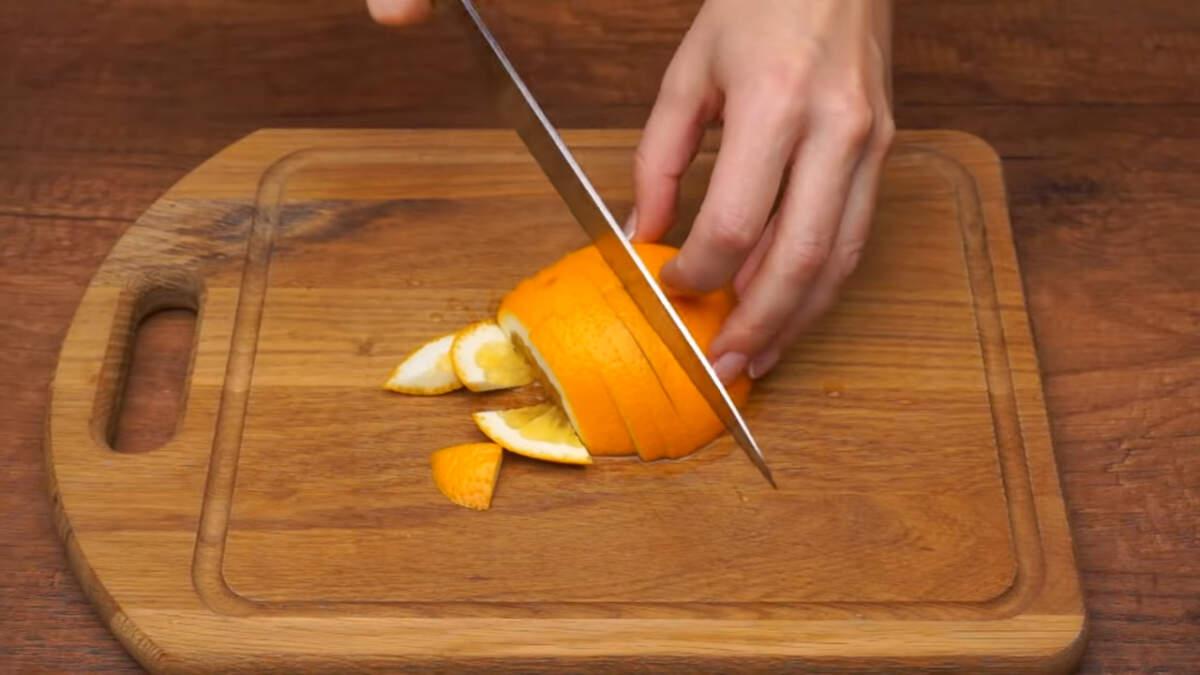 Один апельсин нарезаем четверть кружочками.