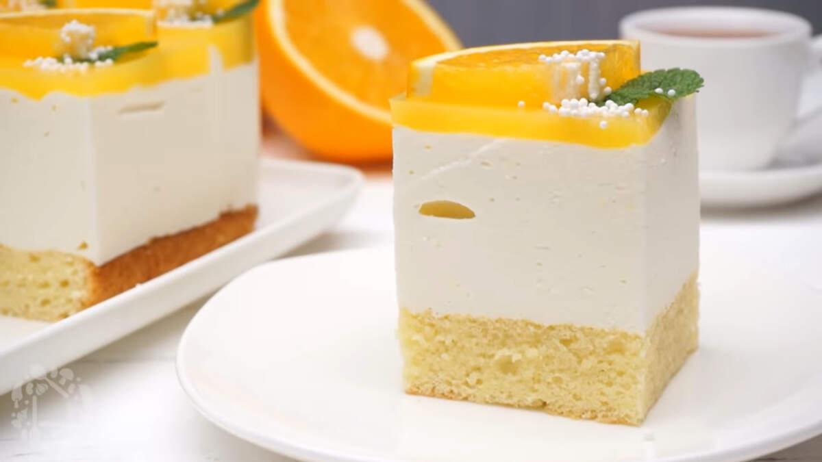 Сливочный торт с апельсиновым желе получился очень вкусным и красивым. Тонкий влажный бисквит отлично сочетается с нежным слоем сливочного крема и кисло-сладким апельсиновым желе. Такой торт отлично подходит для десерта на День Рождения или на праздничный стол к Новому году.
