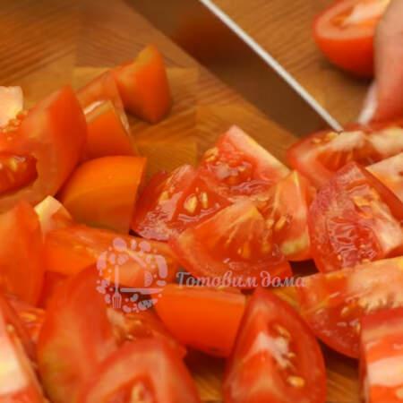 Примерно полкилограмма помидоров нарезаем крупными кусочками.