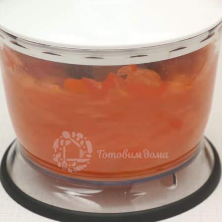 Нарезанные помидоры измельчаем в измельчителе или блендере. Также помидоры можно натереть на крупной терке.