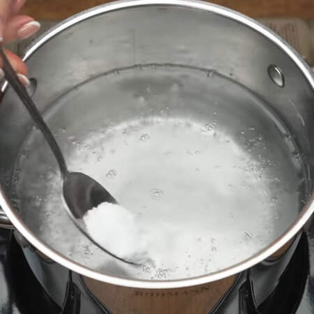 Наливаем в кастрюлю воду и ставим на плиту. Когда вода закипит, солим ее половиной столовой ложки соли и перемешиваем.
