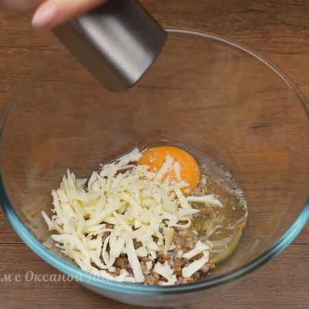 В миску кладем 30 г вареной гречки, разбиваем 1 яйцо и насыпаем тертый сыр. Немного солим и перчим черным молотым перцем.