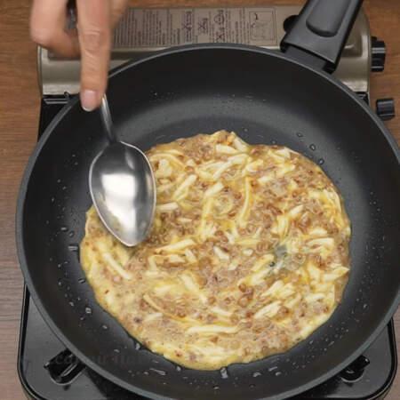 На разогретую сковороду немного смазанную растительным маслом выкладываем приготовленную смесь. Равномерно распределяем ее по сковороде.