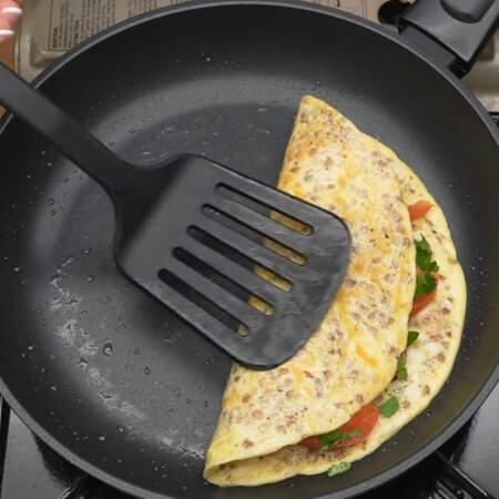 Накрываем второй половиной блина. Завтрак готов.