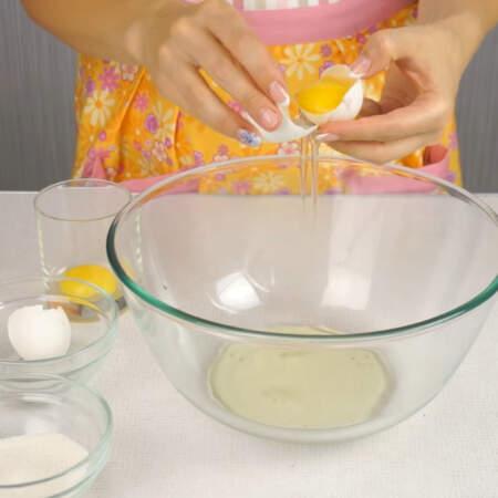 Приготовление торта начинаем с выпечки бисквита.  Яйца разделяем на белок и желток.